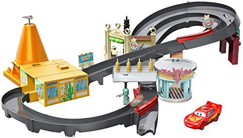 Disney Cars Playset, Pista Radiator Springs, Include Macchinina Saetta McQueen, Giocattolo per Bambini 4+ Anni, GGL47