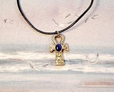 Pendentif ésotérique, Ankh, croix ansée, croix de vie egyptienne faite main en bronze couleur or ou argent ou en cuivre et cabochon ovale de grenat,lapis lazuli ou turquoise, Sur lien de cuir noir.