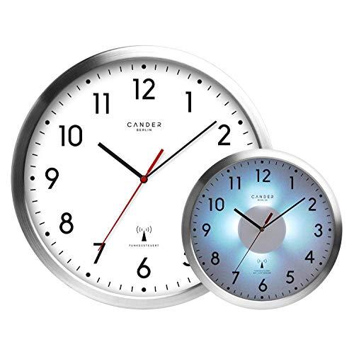 Cander Berlin MNU 5030 Weiße Funkwanduhr aus Aluminium mit lautlosem Uhrwerk, Lichtsensor und 5-Stufen-Zifferblattbeleuchtung (dimmbar) - 30,5 cm 12 Zoll (Ø) - kein nerviges Ticken