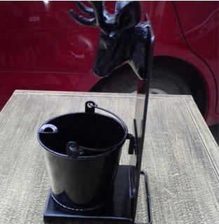 cenicero-exterior-pie-originales-con-latas-negro-brillo-cabeza