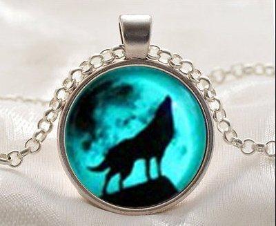 Moon Wolf Halskette leuchtet im Dunkeln nach UV-Aufnahme Halskette Phosphoreszierendes Halskette Freundschaft Love Einzigartiges Geschenk für Liebende