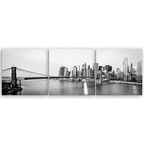 ge Bildet® hochwertiges Leinwandbild XXL Panorama - New York City Skyline und die Brooklyn Bridge - schwarz weiß - 150 x 50 cm mehrteilig (3 teilig)