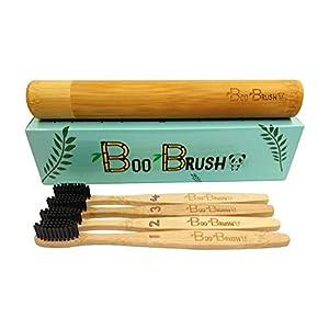 BooBrush Holz-Zahnbürste – Bambus-Zahnbürste mit Aktivkohle-Borsten mit Reise-Etui, mittel – weich (4er Set)