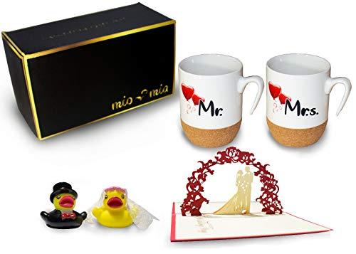 Mr & Mrs - Kaffeetassen/Hochzeitsgeschenk für Brautpaar Tassen mit Korkboden + Badeenten + Grußkarte Geschenkset (Hochzeit)