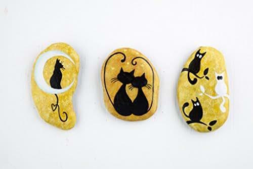 Tre sassi dipinti a mano da appendere con gatti