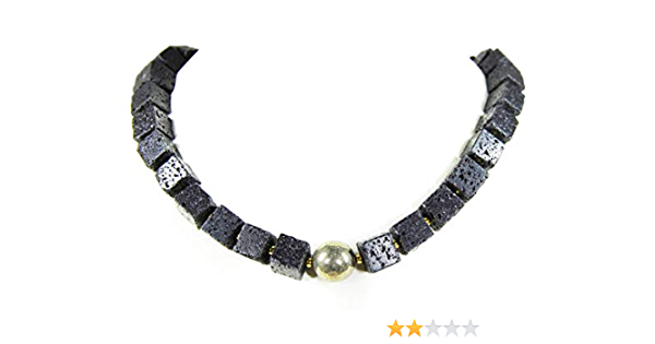 Edelsteinkette aus Lava in Würfelform mit einer silberfarbenen Metallkugel