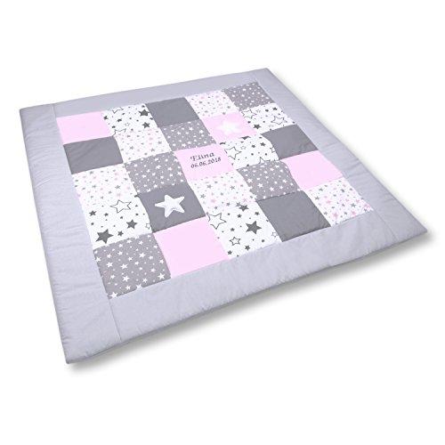 Amilian Krabbeldecke Patchworkdecke ideal als Spieldecke Laufgittereinlage Decke Kuscheldecke schön gepolstert mit Namen und Datum bestickt, ideal als Geschenk (M061) (125x125cm)
