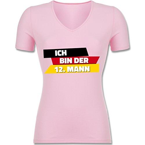 Shirtracer Fußball-WM 2018 - Russland - Ich Bin der 12. Mann Deutschland - Tailliertes T-Shirt mit V-Ausschnitt für Frauen Rosa