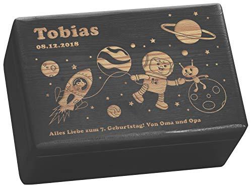 LAUBLUST Große Holzkiste Motiv Weltall - Personalisiert mit Individueller Wunsch-Gravur - 30x20x14 cm, Schwarz, FSC® - Lackierte Geschenk-Kiste | Aufbewahrungsbox | Spielzeug-Truhe | Deko-Kasten -