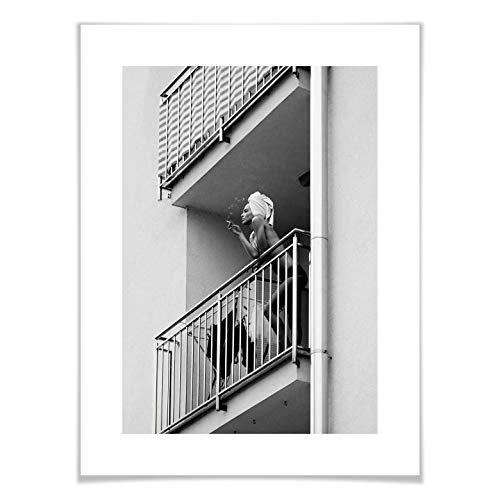 Poster Kijurko - Auf dem Balkon Wanddeko Foto Fotografie Frau nackt halbnackt Handtuch rauchen schwarz-weiß Körper erotisch Erotik ohne Zubehör Wall-Art - 80x100 cm -