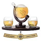 AMAVEL Set Whisky Caraffa a Mappamondo + 2 Bicchieri con Incisione Continenti, Vassoio in Legno Personalizzato con Nomi, Decanter a Chiusura Ermetica