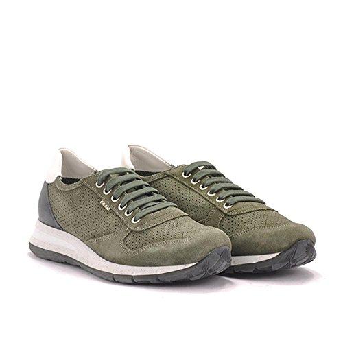 Frau Sneakers allaciata