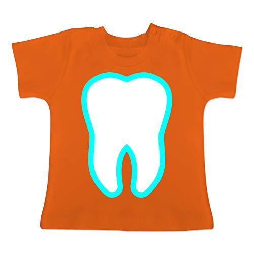 Karneval und Fasching Baby - Farbiger Zahn - Zahnfee Kostüm - 12-18 Monate - Orange - BZ02 - Baby T-Shirt - Orange Farbigen Kostüm