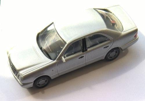 Preisvergleich Produktbild HERPA Mercedes Benz E-Klasse - 1:64 - silber metallic (1:64 Modell Made in Germany)