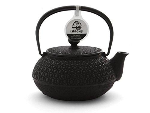 Japanische Teekanne Gusseisen KIKKO von IWACHU, schwarz, 0,65 Liter, mit Edelstahl-Sieb. Innen emailliert, für alle Tee-Sorten geeignet (Kamin Herd-set)