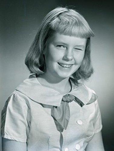 Studio portrait of girl winking Poster Drucken (45,72 x 60,96 cm) (Winking Girl)