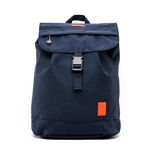 Imagen de eco  solapa con cierre tipo saco y bolsillo en la parte trasera hecha con material reciclado 100% rpet azul oscuro
