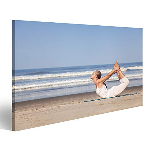 bilderfelix® Bild auf Leinwand Yoga dhanurasana Bogenhaltung durch Frau im weißen Kostüm auf dem Strand nahe dem Ozean in Goa, Indien Wandbild Poster Leinwandbild TXV