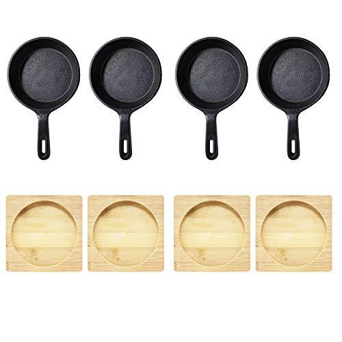 ToCis Big BBQ 4 runde Servierpfannen aus Gusseisen in schwarz als Servierpfännchen Tapasschale Grillschale für Grill, Ofen, Feuer und Herd mit praktischem Holzbrett und 12cm Durchmesser