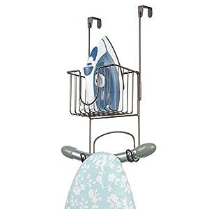 mDesign Bügelbretthalterung ohne Bohren - Bügelbrett Aufbewahrung mit kleinem Korb zum Verstauen von Bügeleisen und Waschmittel geeignet - praktische Türaufhängung aus Edelstahl - bronzefarben