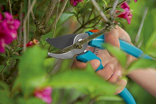 gardena-classic-gartenschere-aktion-pflanzenschonende-baumschere-mit-bypass-schneide-fuer-blumen-und-zweige-bis-18-mm-durchmesser-mit-saftrille-und-drahtabschneider-zwei-griffpositionen-8754-30-2