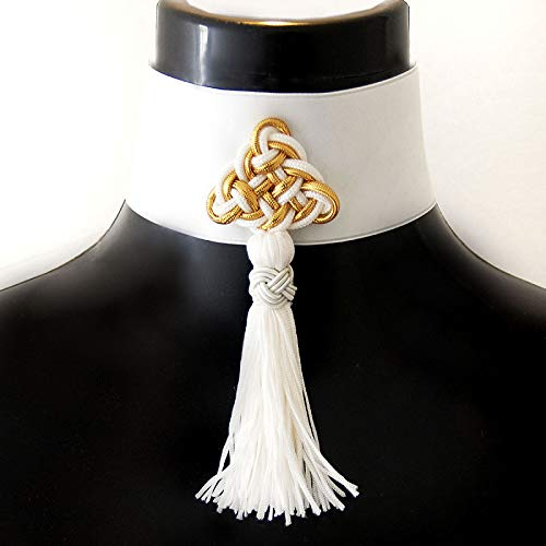 WHITE POSAMENT - breiter, weißer, cremefarbener Choker aus Satin mit Ornament in gold-weiß und Quaste - lange Fransen -