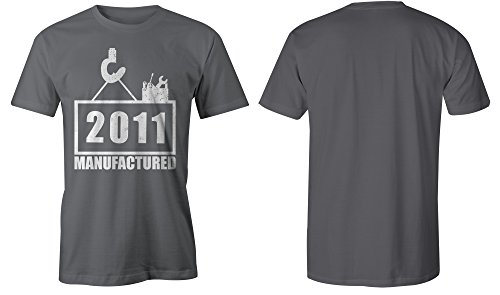 Manufactured 2011 - Rundhals-T-Shirt Männer-Herren - hochwertig bedruckt mit lustigem Spruch - Die perfekte Geschenk-Idee (06) dunkelgrau