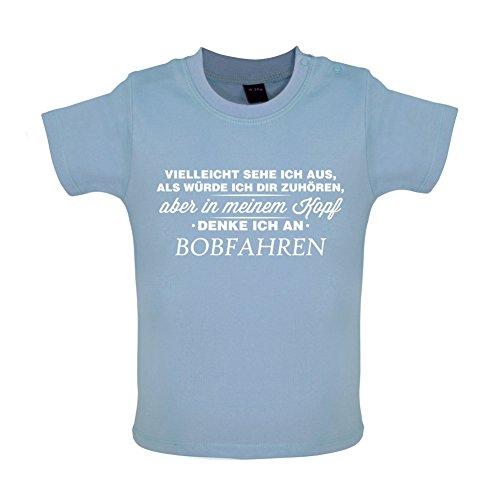 Vielleicht sehe ich aus als würde ich dir zuhören aber in meinem Kopf denke ich an Bobfahren - Baby T-Shirt - Taubenblau - 3 bis 6 Monate