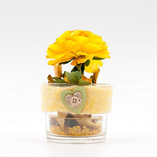 Kleines rundes Tischgesteck mit gelber Ranunkel+Herz-Tischdeko mit künstlichen Blumen