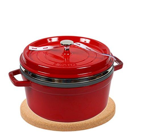 Staub Cocotte/Cocotte Rond avec panier vapeur (26 cm, 5 L, induction, avec mattschwarzer Fonte de l'intérieur du pot) Cerise & magnétique sous-verres en liège Dessous de Plat 24 cm