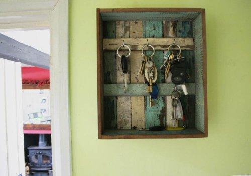 rustic-beach-bacheca-appendichiavi-legno-riciclato-realizzata-a-mano-sei-ganci-color-pastello-antica