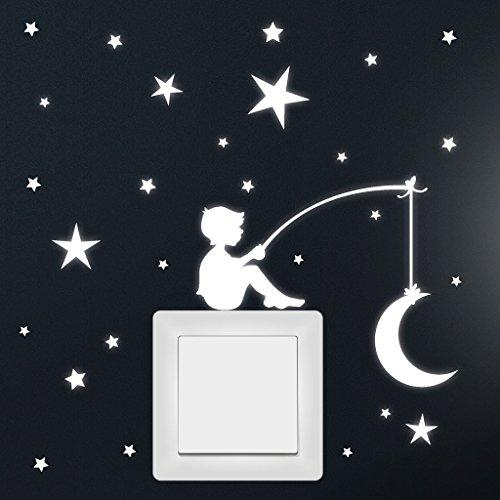 """Wandtattoo Loft® \""""Fluoreszierende Junge mit Mond und Sternen\"""" Leuchtaufkleber für Steckdose oder Lichtschalter / Fluoreszierende leuchtende Sticker für das Kinderzimmer"""