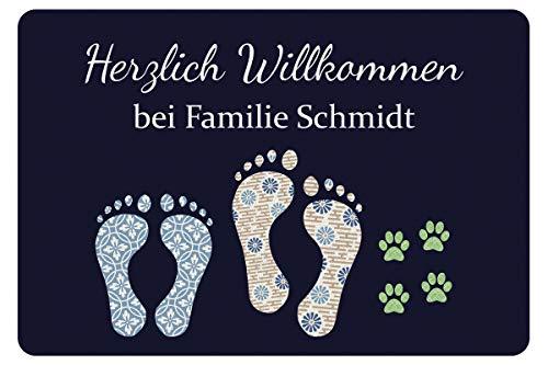 Geschenke 24 Fußmatte mit Fuß- und Pfotenabdrücken in Dunkelblau - Türvorleger mit Familienname personalisiert - Schmutzfangmatte mit Namen