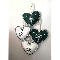 Adornos navideños en forma de corazon tela de fieltro con copo de nieve y lentejuelas blancas.Vienen 4 unidades (dos verdes y dos blancos) por paquete.Tamaño 9x10 cm. cada uno de ellos.Regalo Navidad.