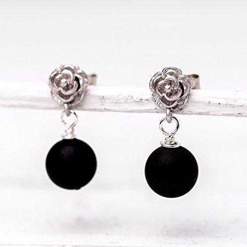 Ohrringe schwarz und silber: Zierliche versilberte Blümchen-Ohrstecker mit matten Onyx-Perlen
