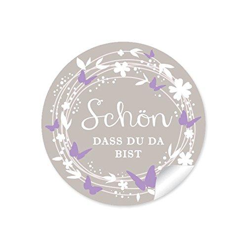 """24 STICKER: """"Schön, dass du da bist"""" Etiketten mit Kranz, Blüten, Schmetterlingen in beige / sand / flieder / lila • Für Gastgeschenke, Tischdeko zur Hochzeit und vielen Anlässen • 4 cm, rund, matt"""
