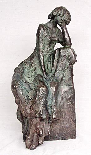 Skulptur Frau in besinnliche Haltung auf Sockel gesetzte