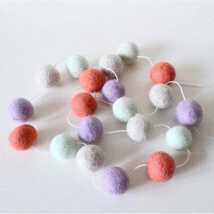 guirlande-20-boules-en-laine-feutree-pour-chambre-denfant-drou-little-poux-lila-et-corail