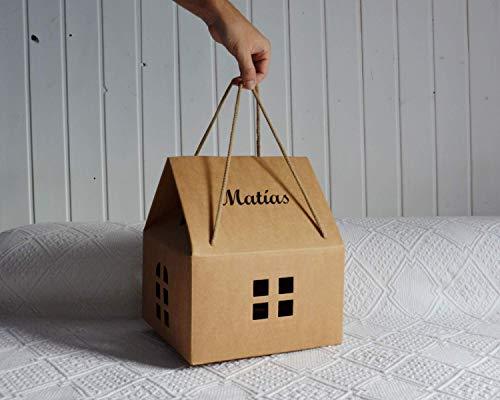Casa personalizada para bebé o niño. Un regalo original, decorativo y personalizado, perfecta para presentar diferentes regalos. (24,5x24,5x27 cm)