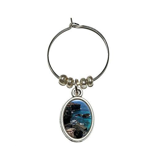 caribee-mallorca-cala-rocky-shore-ocean-bleu-deau-vin-en-verre-ovale-charme-boisson-marqueur
