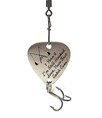 """1 st Wedding Anniversary Gifts """"1 Year & I'm Still Hooked Love Your Best Catch Ever"""" Fishing Lure Mens Gift Anniversary Christmas Valentines's Day Fisherman Gifts for Husband / Boyfriend"""