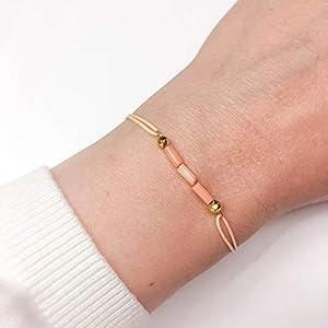 KAAYAH Damen-Armband mit hellrosa Bambus-Koralle und vergoldeten Pyrit-Perlen, Freundschafts-Armband mit verstellbarem Textilband