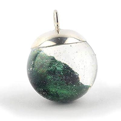 Pendentif en forme de boule de 18 mm de diamètre avec le minéral Malachite immergé en résine époxy et un capuchon d'argent