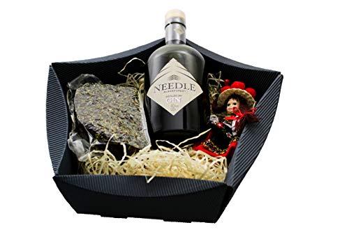"""Schwarzwald Art Geschenkkorb\""""Edler Schwarzwald\"""" - Needle Blackforest Gin mit Bergkräuterschinken und Porzellanpuppe"""