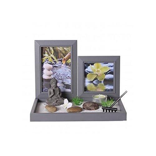 Zen-Garten: Buddha auf einem Tablette mit Fotorahmen, Teelichthalter, weißem Sand, Steinen, einer kleinen Harke, etc...