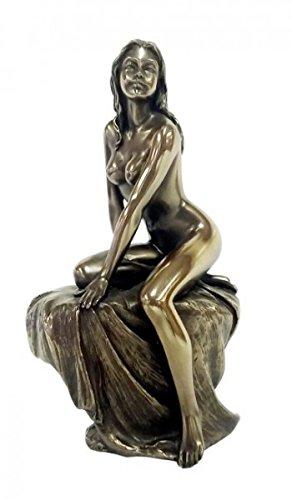 Weiblicher Akt Komm.. Frau sitzt auf Stuhl mit Decke darüber bronziert Figur Skulptur