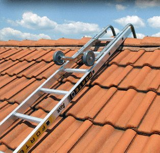 Echelle de toit composée d'une échelle et d'un crochet d'échelle de toit.