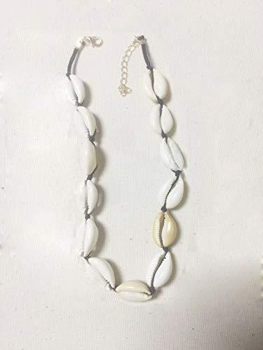 Collares hechos de conchas naturales y cadenas son de moda