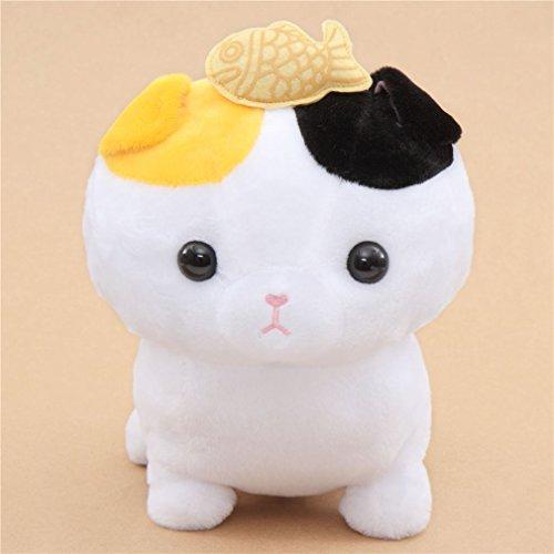 großes Plüschtier von Einer weißen Katze mit orangen und schwarzen Ohren und Einem Fisch auf dem Kopf