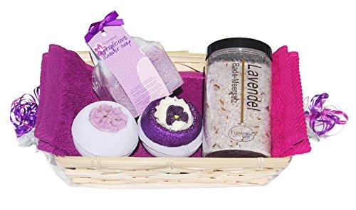 """Frauen – Geschenkset""""Lavendel"""" 7 tlg, Massageschwamm, Badesalz, 2x Badebombe, 2x Handtuch 30×50 cm in pink und lila im Geschenkkorb"""